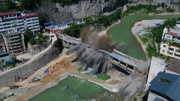 """عملية ناجحة لتدمير جسر """"ووتشي"""" الصيني بعد 44 عاما من الخدمة"""