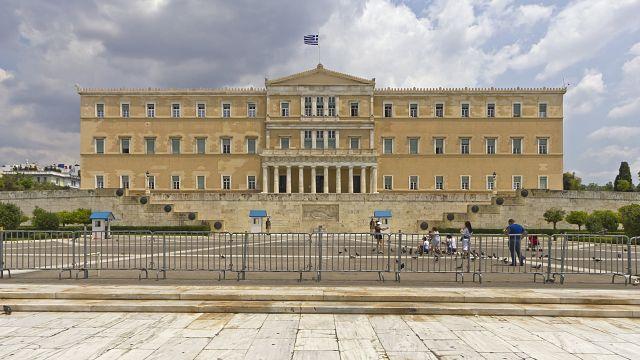 El Parlamento griego vota nuevos ajustes entre protestas