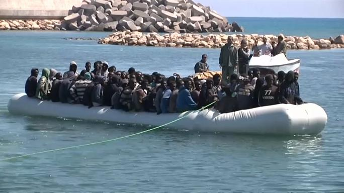 خفر السواحل الإيطاليون ينقذون مهاجرين غير شرعيين قبالة ليبيا