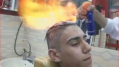 Un coiffeur égyptien défrise les cheveux avec du feu