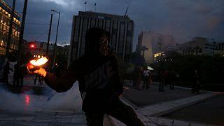 تظاهرات مستمری بگیران یونانی و پرتاب کوکتل مولوتف به سوی پلیس