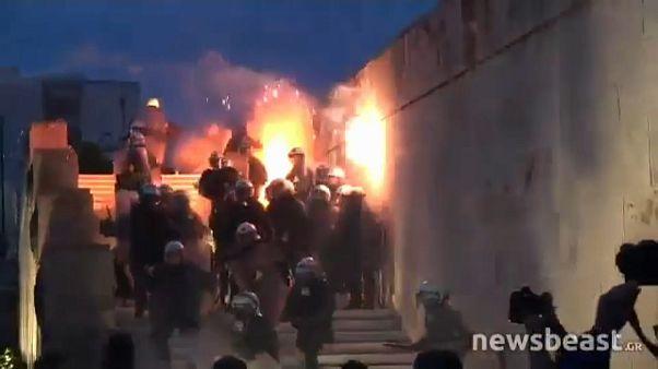 الحكومة اليونانية.. بين سندان الاحتجاجات الشعبية ومطرقة الدائنين الدوليين
