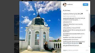 Madonna mostra-se confortável em palacete de Lisboa