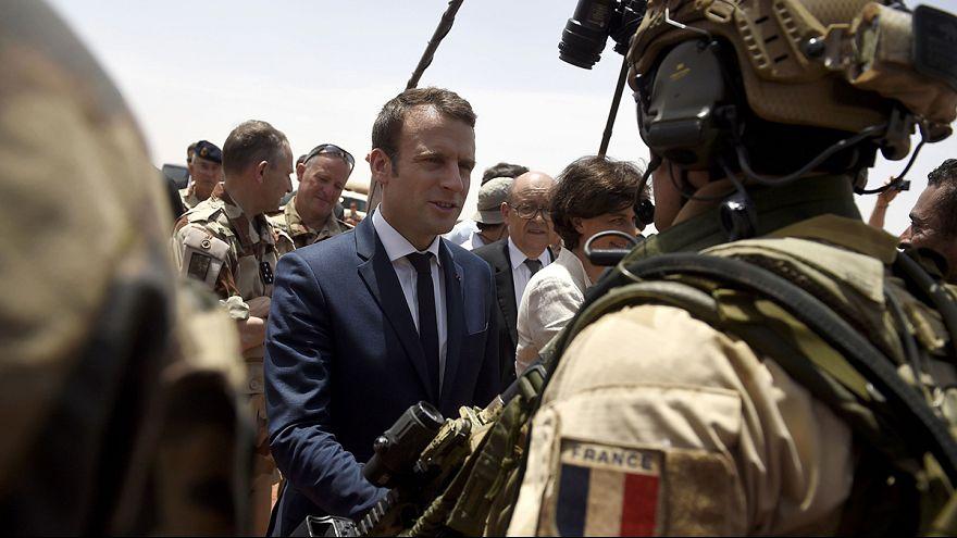Macron Mali'deki Fransız askeri birliklerini ziyarete gitti