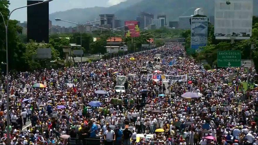 Manifestación multudinaria en Venezuela tras cincuenta días de protestas