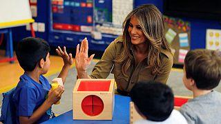 ميلانيا ترامب تداعب أطفال مدرسة أمريكية بالرياض