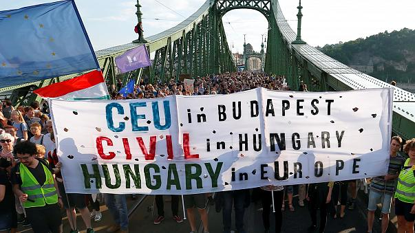 Budapest: Tausende protestieren gegen Orbán