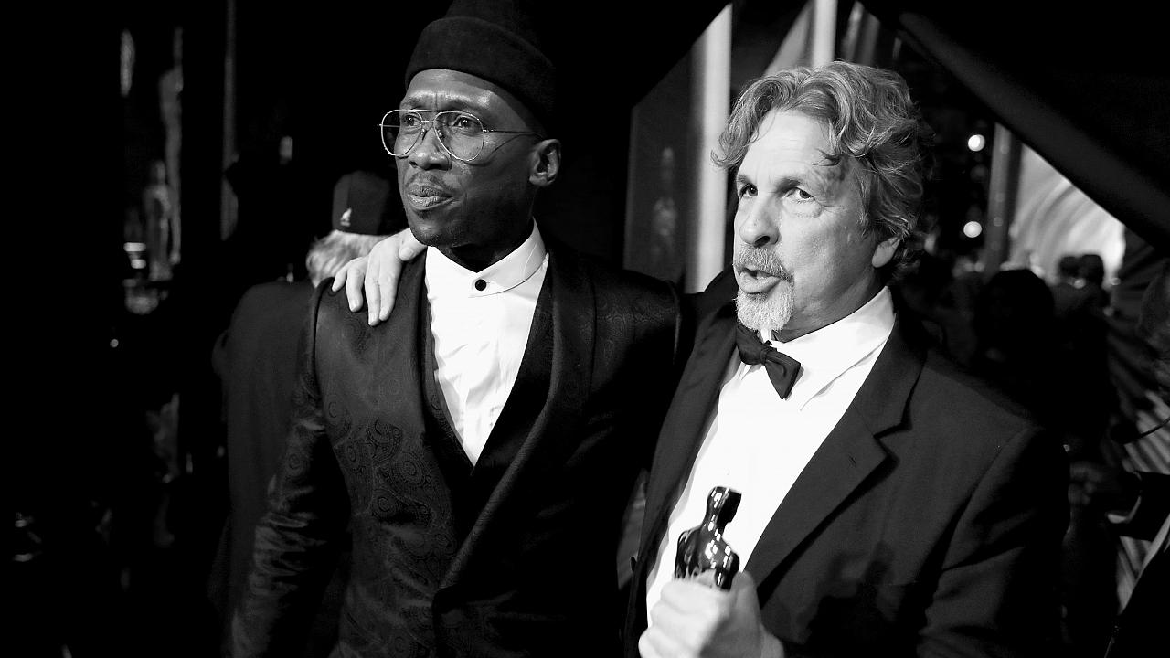 Image: Mahershala Ali and Peter Farrelly pose with the Best Picture award f