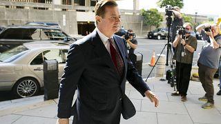 Image: Trump campaign chairman Paul Manafort arrives at court