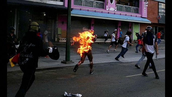 Jovem queimado vivo durante protesto em Caracas