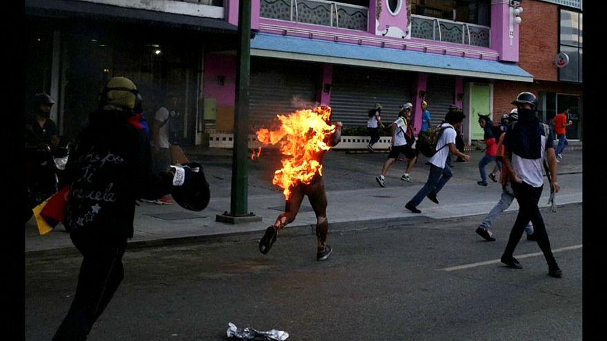 Maduro acusa a los opositores de prender fuego a un joven