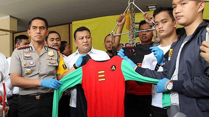 Indonesia, nella provincia di Aceh, repressione della polizia contro l'omosessualità.