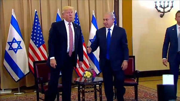 ترامب يتجاهل مصافحة نتانياهو أمام عدسات الإعلام