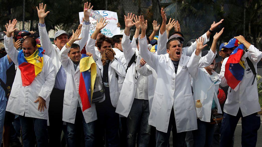 """Протест """"белых халатов"""": на улицы Каракаса вышли врачи"""