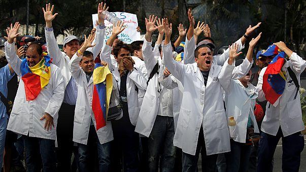 Venezuella'da bu sefer sağlık çalışanları sokağa indi