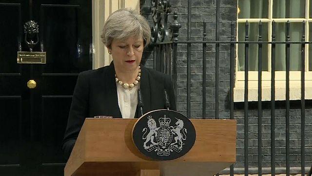 Attaque de Manchester: Theresa May s'exprime, l'enquête débute