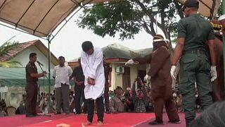 تنفيذ حُكم الجَلْد في إحدى مقاطعات أندونيسيا بتهمة المثلية الجنسية