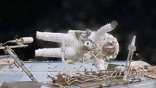 Astronotlar Uluslararası Uzay İstasyonu'nu tamir ediyor