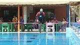 مع ساقه المبتورة عمر يقطع خليج العقبة سباحة