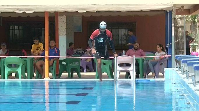 بساقه المبتورة عمر يقطع خليج العقبة سباحة