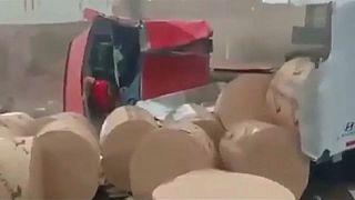 شاهد بالفيديو: سائق ينجح في ايقاف شاحنة سريعة رغم تعطل المكابح