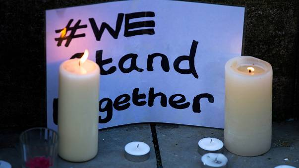 L'omaggio alle vittime dell'attentato di Manchester