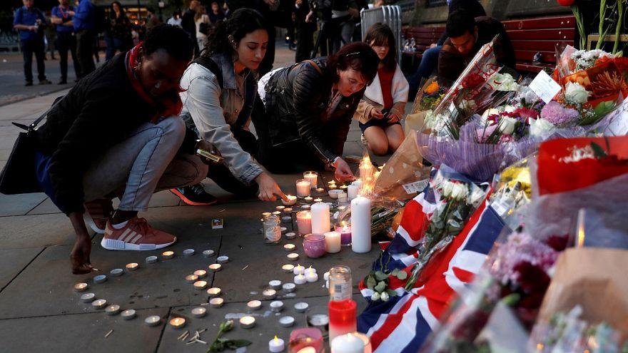 Manchester, omaggio alle vittime dell'attacco