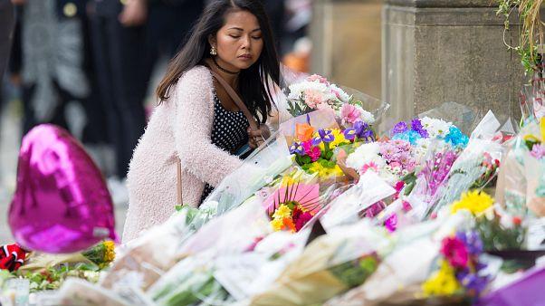 Жители Манчестера прощаются с погибшими