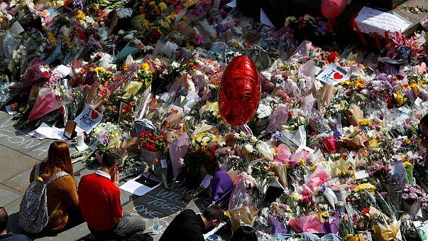 A Manchester fiori e messaggi in ricordo delle vittime dell'attentato