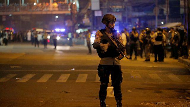 مقتل ثلاثة عناصر شرطة جراء انفجارين استهدفا محطة حافلات في جاكرتا