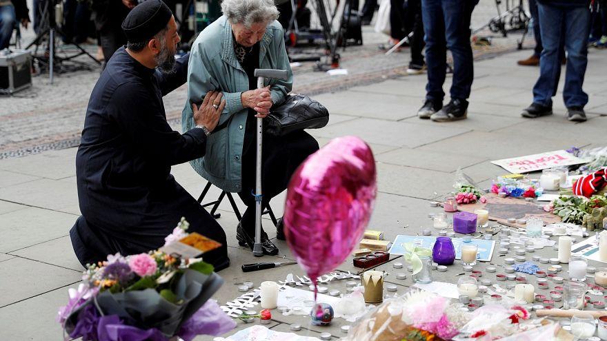 Επίθεση στο Μάντσεστερ: Ένας Μουσουλμάνος προσευχήθηκε μαζί με μια Εβραία στη μνήμη των θυμάτων