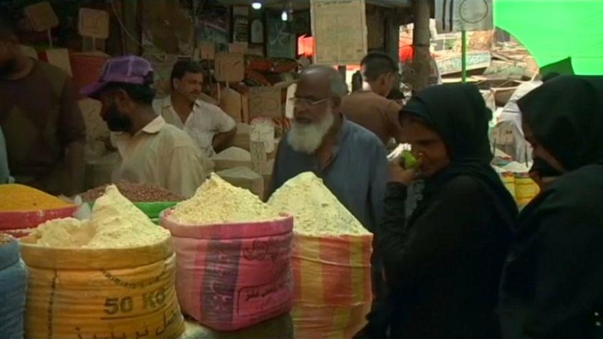 استعدادات الباكستانيين لاستقبال شهر رمضان