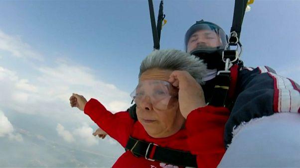 Απίστευτη γιαγιά κάνει πτώση με αλεξίπτωτο