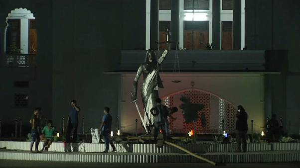 Bangladesh : la statue de la justice déboulonnée