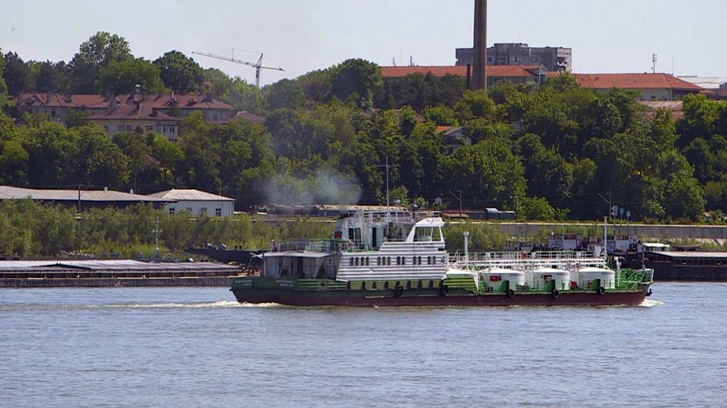 Et au milieu coulent une rivière et des bateaux plus verts