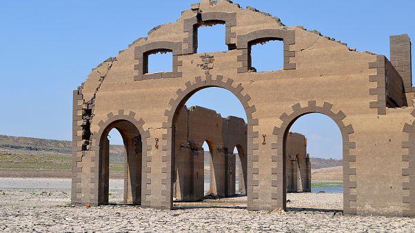 ظهور مبنى تاريخي بعد جفاف بحيرة الرستن