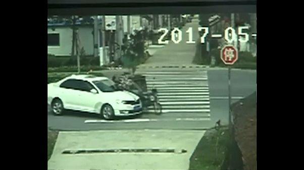 سائق سيارة ثلاثية العجلات ينجو من حادث مميت