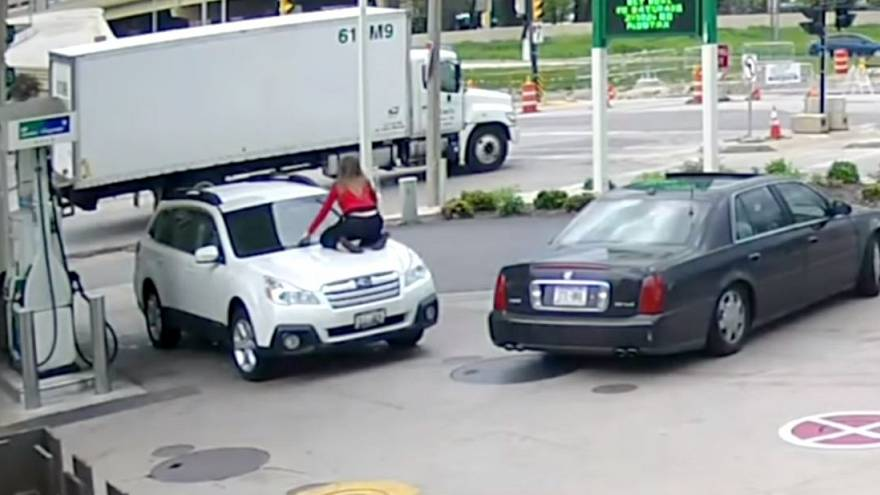 [watch] Woman fights off car thief by jumping on bonnet