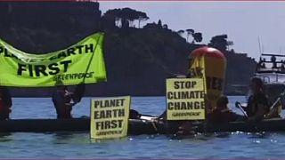 Les manifestants tenus à lécart de la réunion du G7