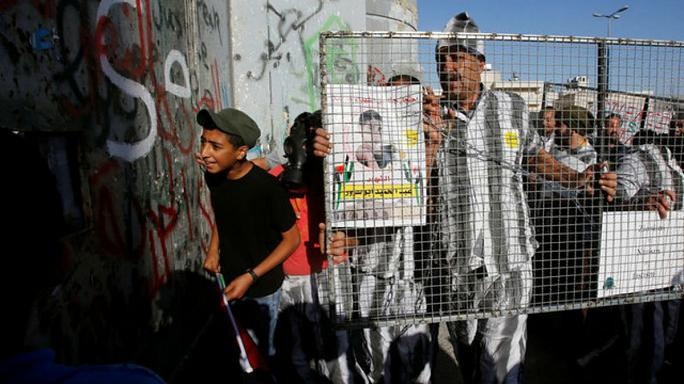 الأسرى الفلسطنيين يعلقون اضرابهم المفتوح عن الطعام