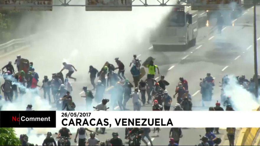 اشتباكات بين قوات الشرطة و معارضين للرئيس مادورو