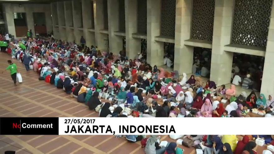 مسلمو أندونيسيا يبدأون الصيام