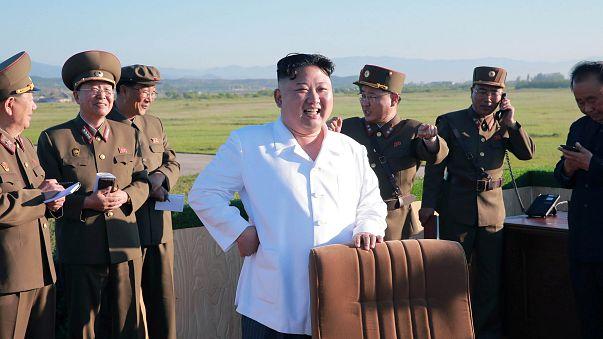 زعيم كوريا الشمالية يشرف على تجربة نظام جديد مضاد للطائرات