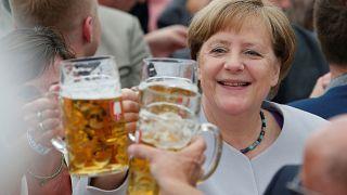 Los políticos también beben cerveza