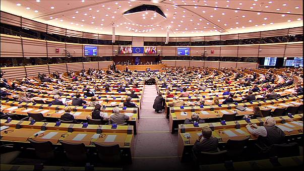 """Breves de Bruxelas"": Juncker e impostos, alerta de Merkel sobre Trump"