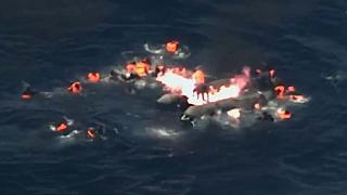Leur bateau en flammes, ils se jettent à l'eau