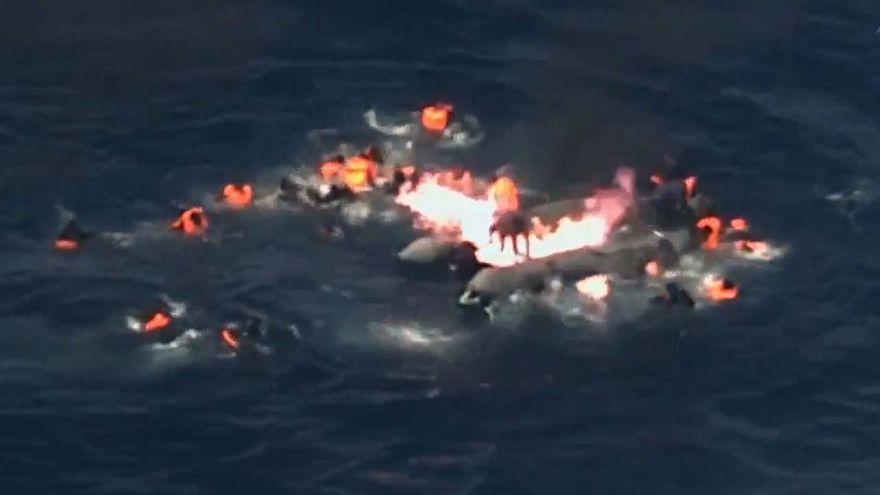 Dramatische Aufnahmen: Flüchtlingsboot geht in Flammen auf