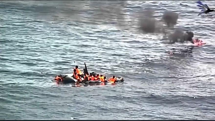 Rescate de 34 migrantes a bordo de una patera en llamas