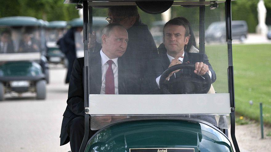 Emmanuel Macron et Vladimir Poutine face à Pierre le Grand