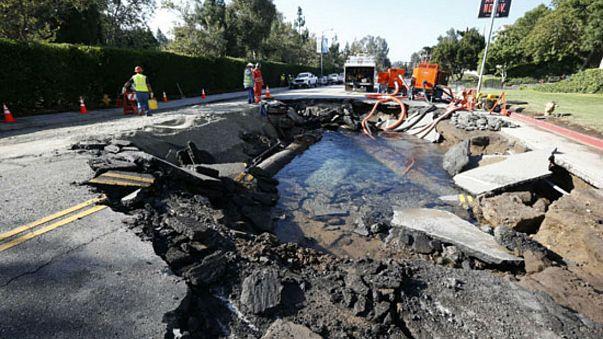 شاهد...لحظة انفجار أنبوب للمياه في أوكرانيا